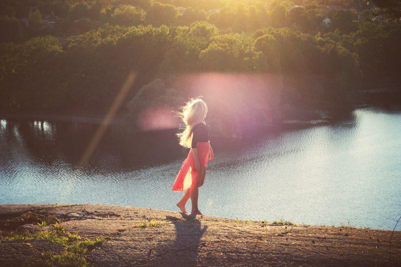 kvinna som bär röd kjol
