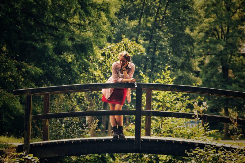 kvinna som står på bron