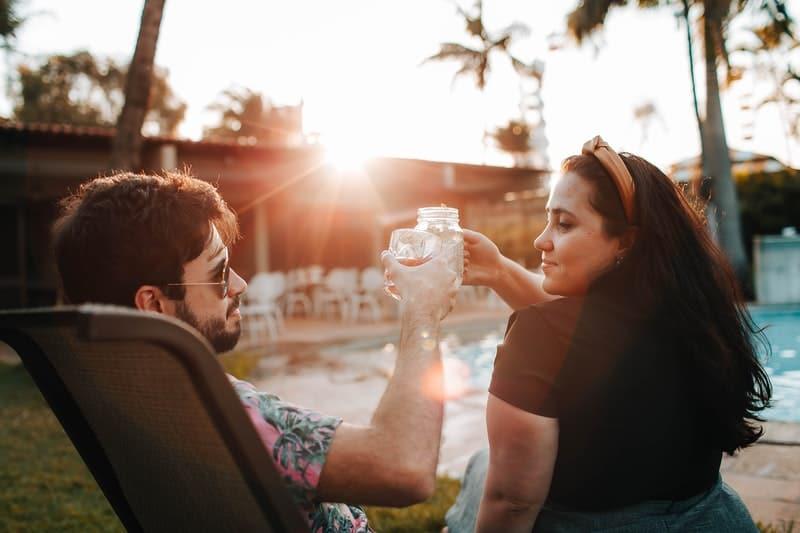 foto av par som tittar på varandra
