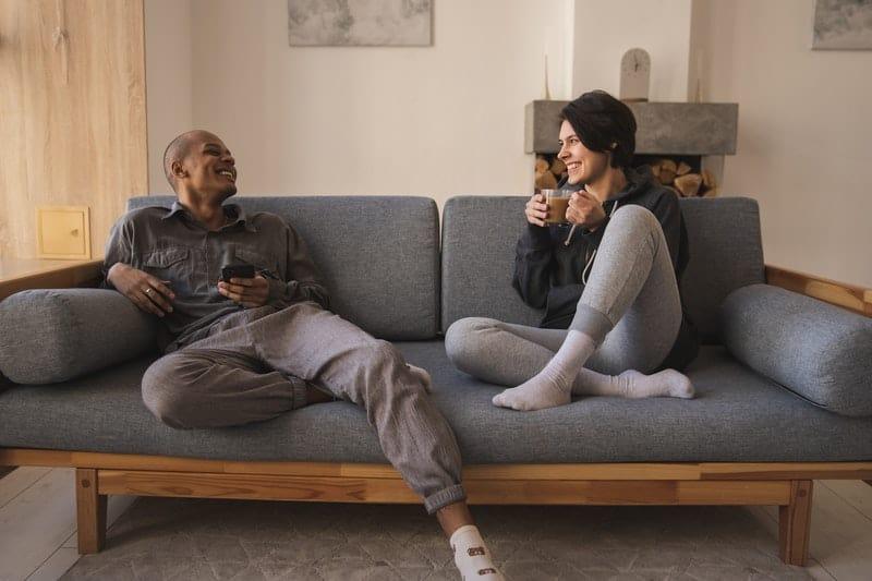 glada par som kopplar av hemma
