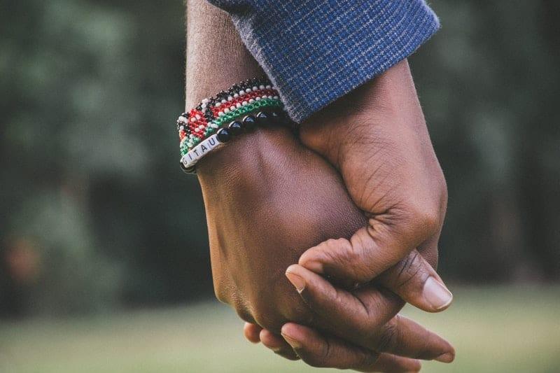 kopplar som håller händerna