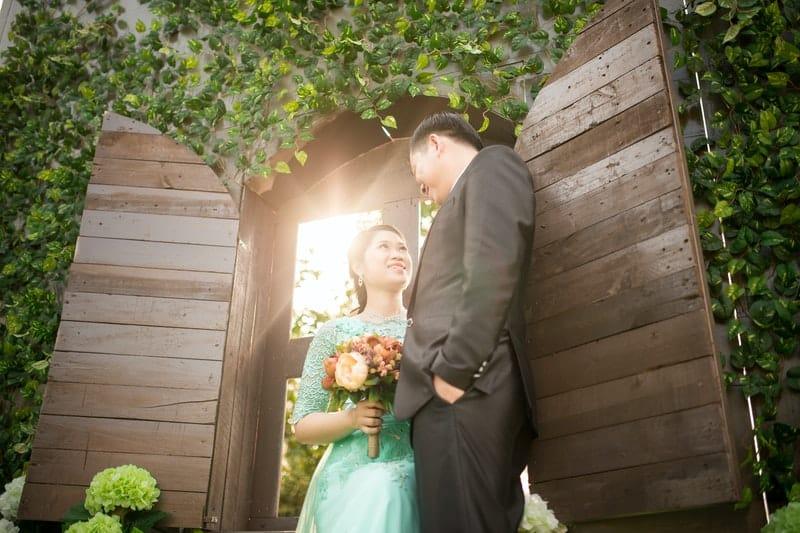 man och kvinna tittar på varandra framför dörren