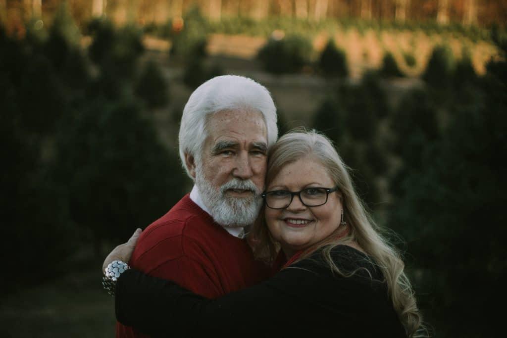 äldre par kramar varandra