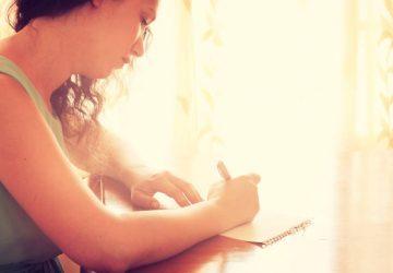 sorglig tjej som skriver ett brev