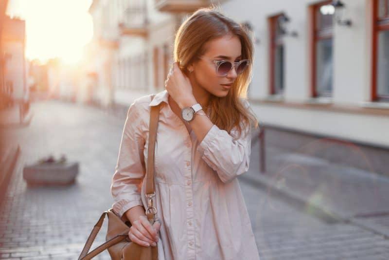 kvinna som bär solglasögon