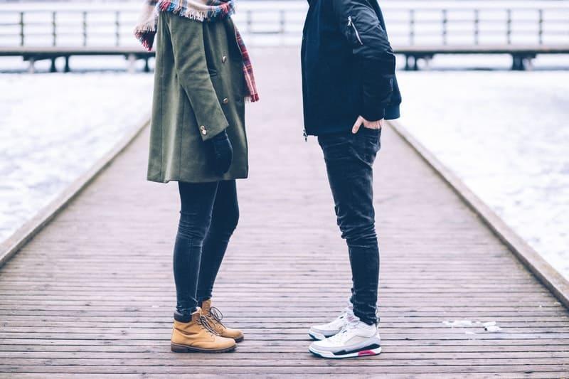 man och kvinna som står nära havet