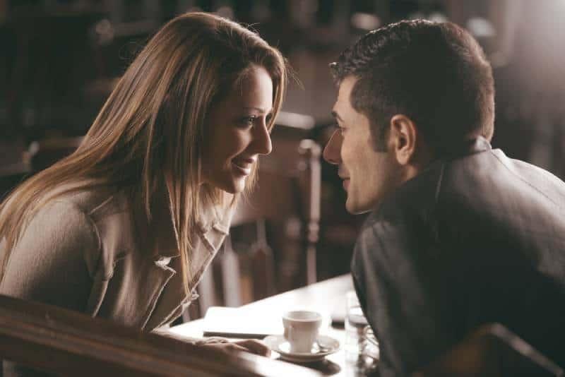 närbild foto av par som tittar på varandra på café