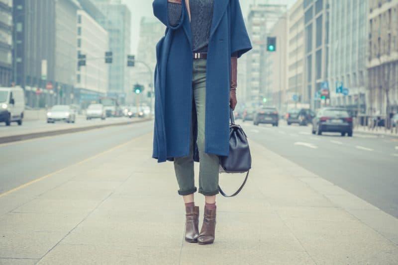 snygg kvinna på gatan