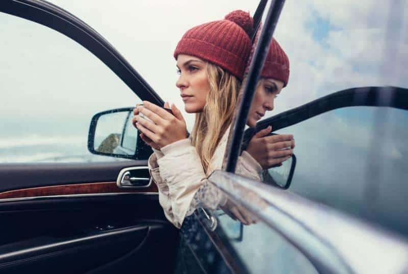 vacker ung kvinna som sitter i en bil