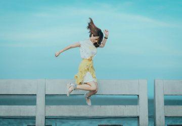 en kvinna hoppar nära havet