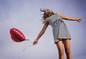 flickan håller en ballong