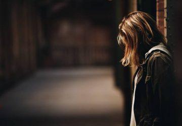en sorglig kvinna i mörkret