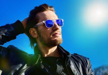 stilig man som bär solglasögon