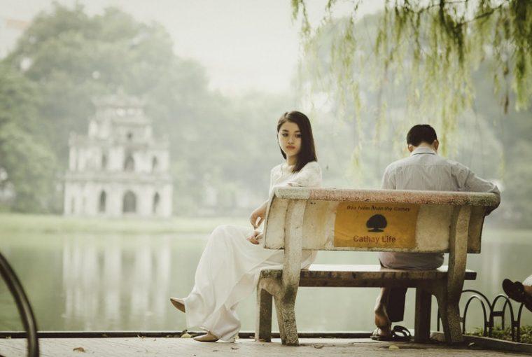 den ensamma kvinnan på bänken