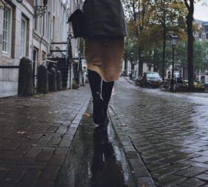 kvinnan går någonstans