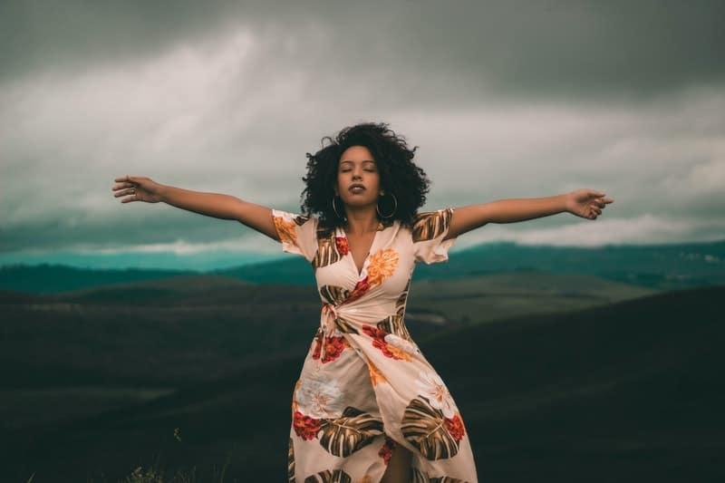 en kvinna med utsträckta armar