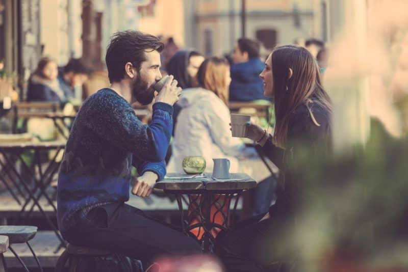 par sitter och pratar