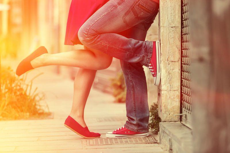 par som kysser utomhus