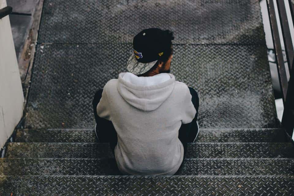 man sitter på trappan
