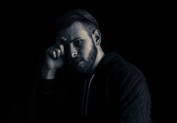 svartvitt foto av man poserar