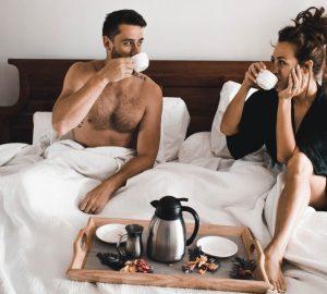 man och kvinna dricker morgonkaffe
