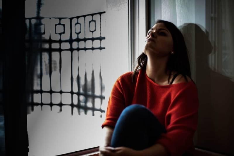 ensam kvinna som sitter på golvet