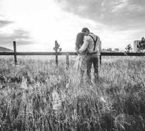 svartvitt foto av par i fält