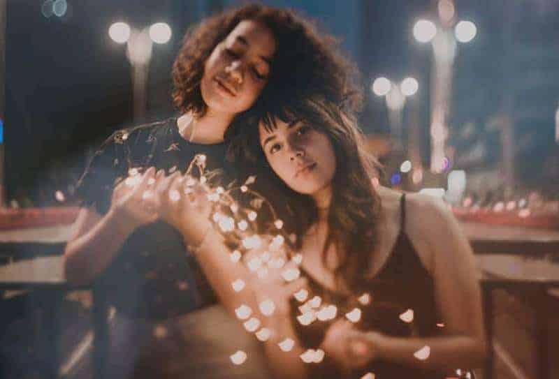 två kvinnor som håller lampor