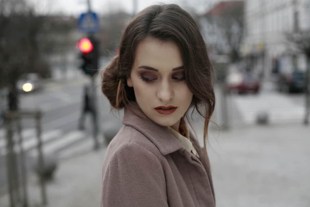 ledsen kvinna som tittar ner