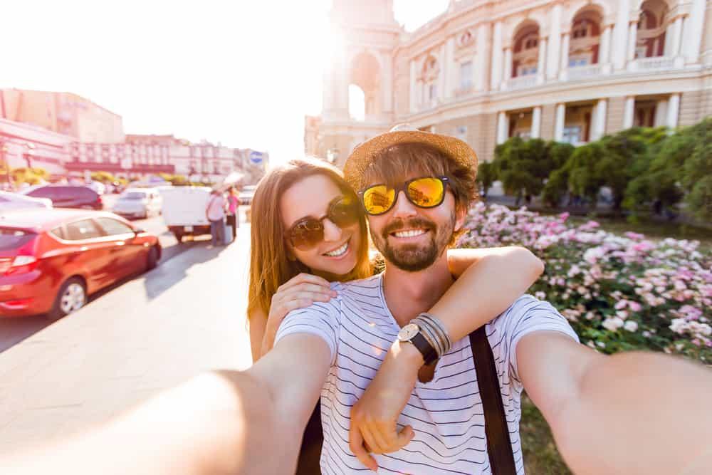 Lyckliga par på dagen selfie