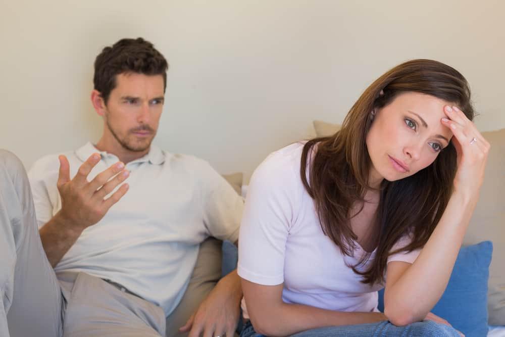 Olyckliga par som har ett argument hemma