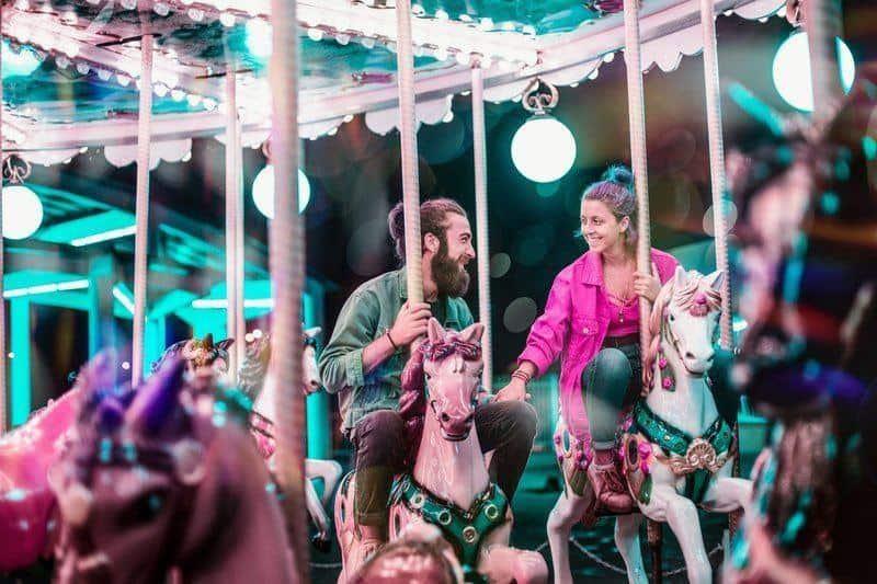 en man och en kvinna på snurrande hästar