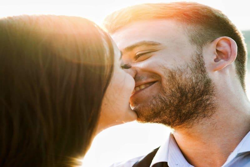 flickan kysser glatt sin pojkvän