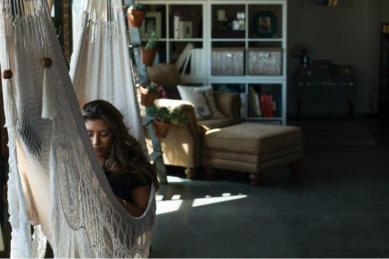 kvinna kopplar av i en hängmatta