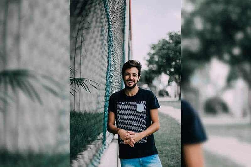 leende man som står utanför