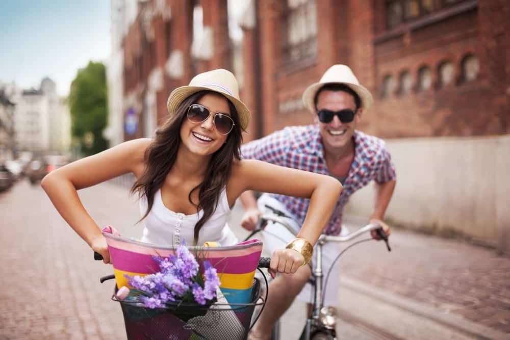 lyckliga paret rider cyklar