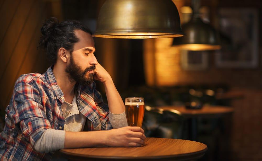 man med öl tänkande