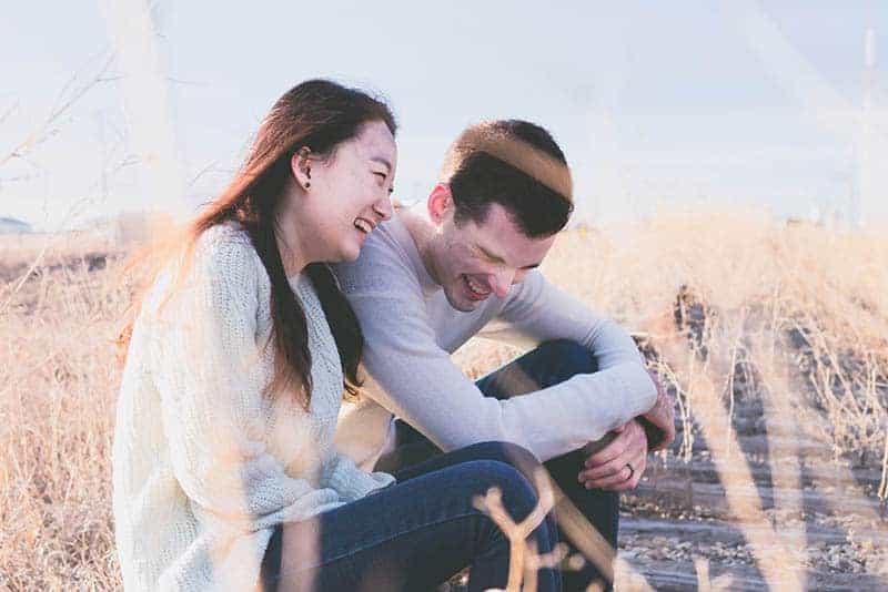 man och kvinna som ler i field