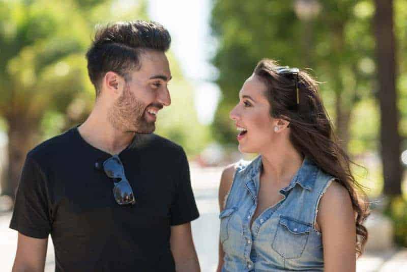 man och kvinna tittar på varandra och smile