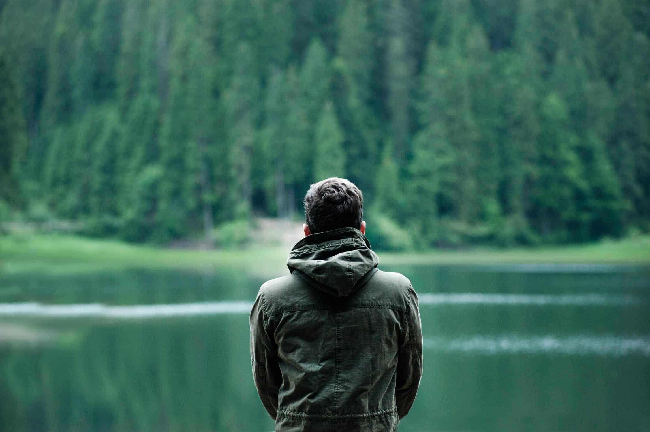 man tittar på sjön ensam