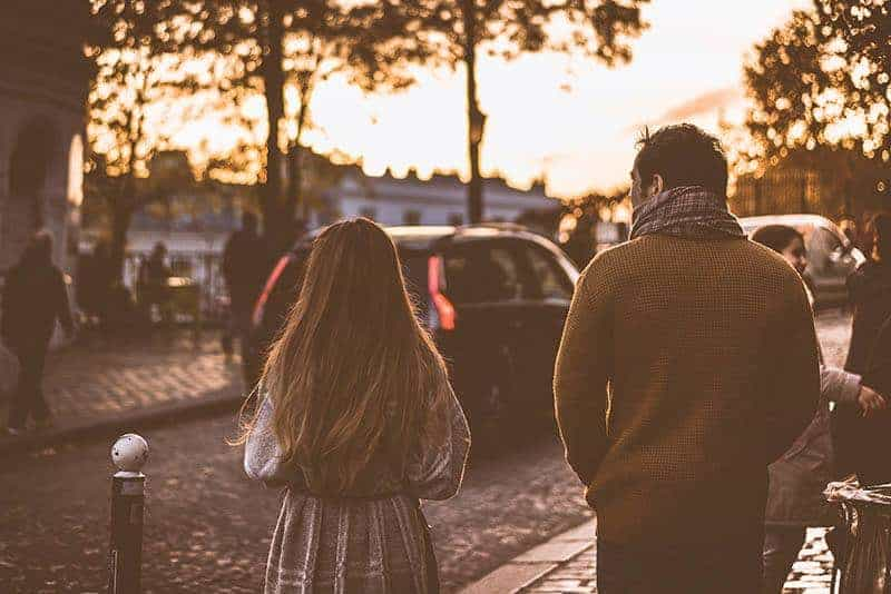 par promenader på gatan