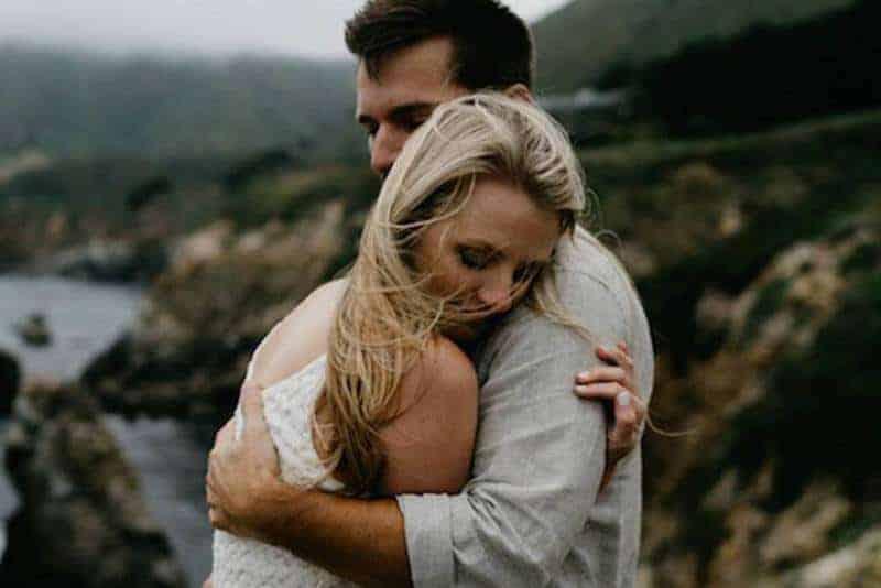 par som kramar på stenar 1