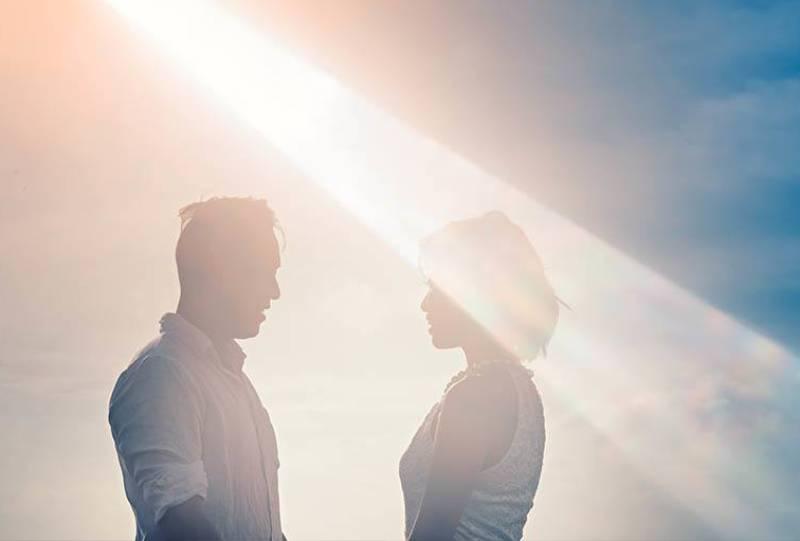 par som tittar på varandra vid solnedgången