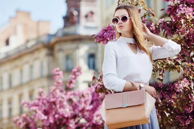 snygg blond kvinna som bär solglasögon