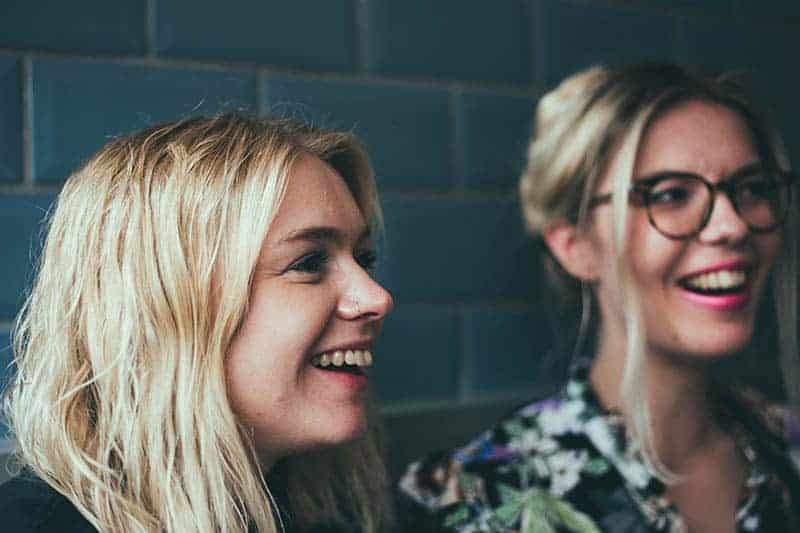 två leende kvinnor