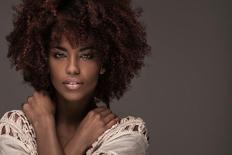porträtt av en vacker afrikansk amerikansk kvinna