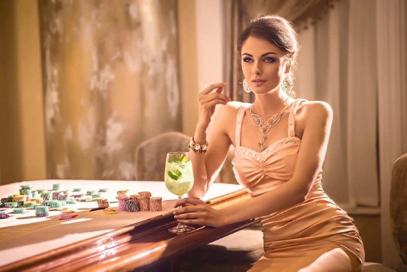 vacker flirta kvinna sitter i baren