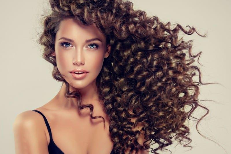 porträtt av en vacker kvinna med långt hår