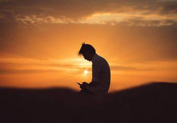 foto av kvinna i skugga i solnedgången