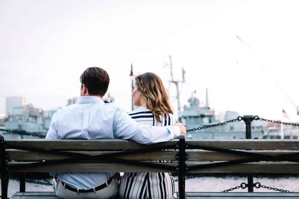 man och kvinna sitter på en bänk